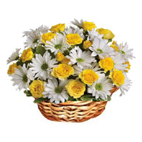 18 white Gerberas yellow roses�Basket