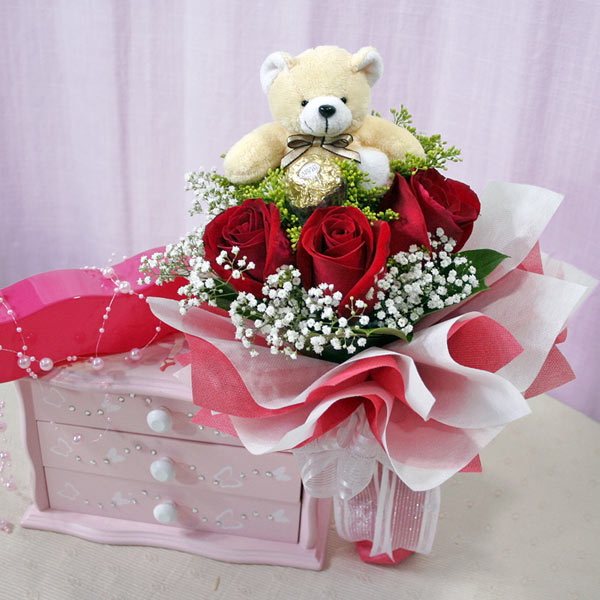 Teddy (6 inches) in the same Basket with 6 Red�Roses